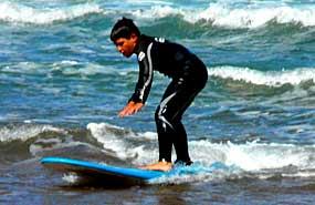 Surf. Campamento multiaventura en Asturias, España. Julio Verano para niños.