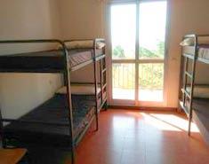 Habitación del campamento en Madrid en la Sierra. Verano.Agosto