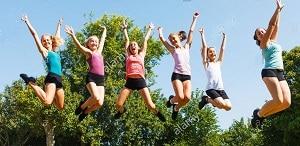 grupo niños nuevas amistades razones para ir campamento educativo
