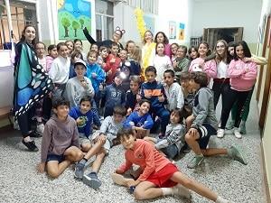 Grupo de niños en un campamento de verano. Protocolo medidas preventivas higiénicas Coronavirus COVID19