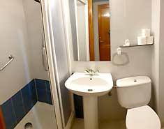 Baño de la habitación. Alojamiento en Madrid, verano Julio 2021
