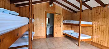 Alojamiento cabañas campamento multiaventura